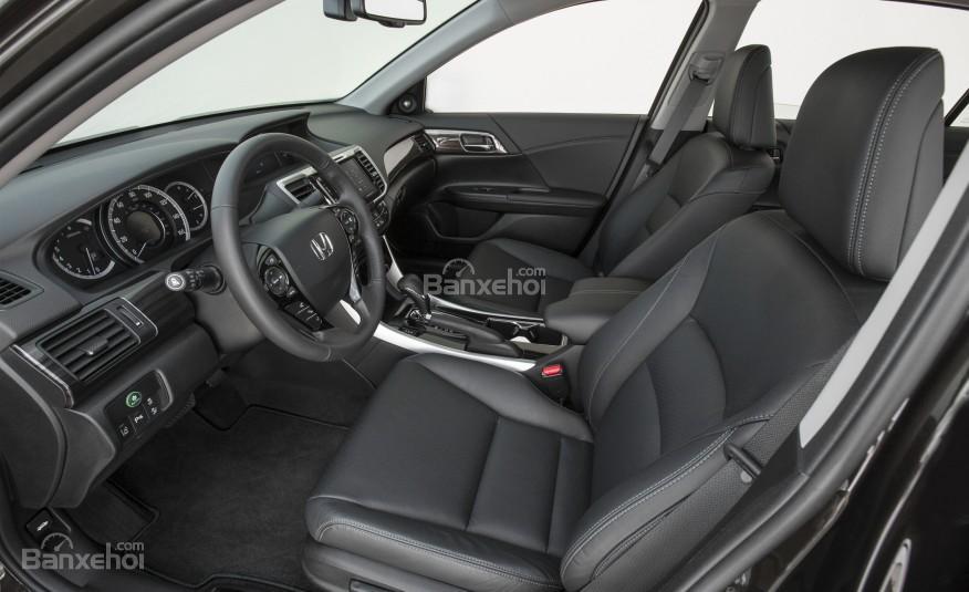 Ghế ngồi của Honda Accord 2016 được bọc da cao cấp, không gian để chân rộng rãi.