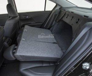 Hàng ghế sau của Honda Accord 2016 có thể gập giúp ra tăng diện tích khoang hành lý.