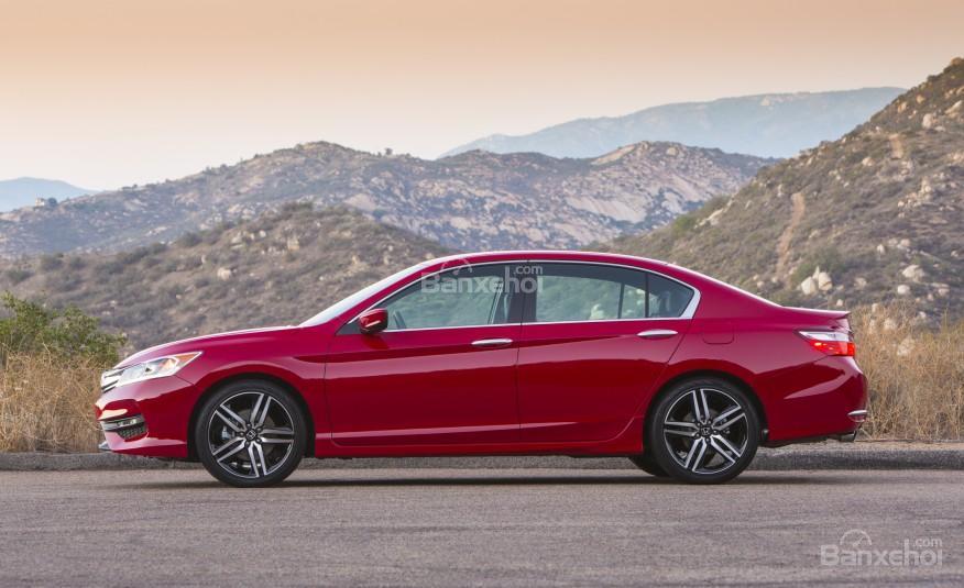 Thân xe Honda Accord 2016 được chế tác từ nhôm với đường gân dập nổi khỏe mạnh.